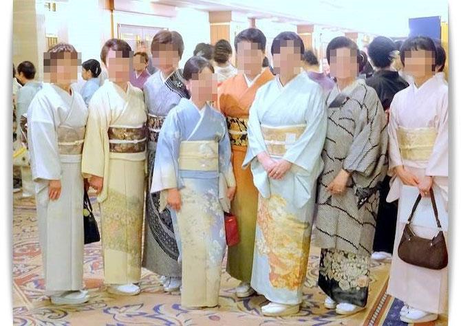 きもの文化検定合格記念パーティーに生徒さんたちと出席しました。全員華やかなきもの姿です。