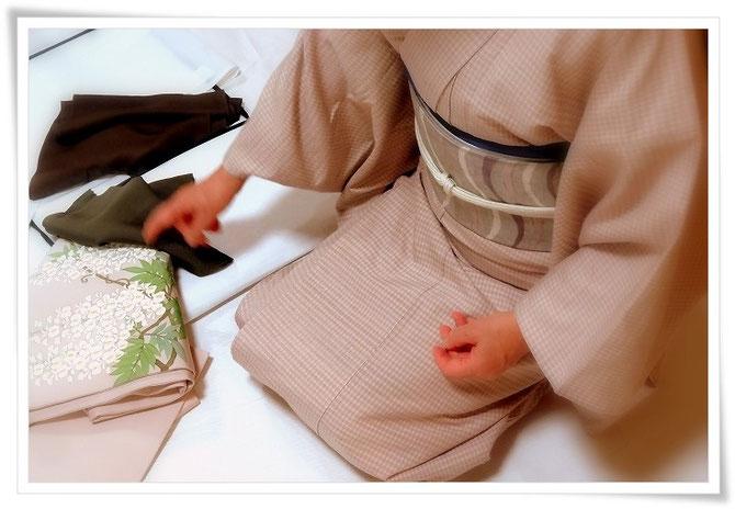 コーディネートレッスン中の生徒さん。楽しく悩んでいます。「森田空美 着付け教室」宝塚にて。