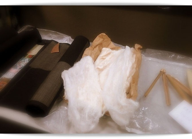 きもののセミナーで使われた資料。結城紬の反物・真綿・芭蕉布つくりに使われるエービーばさみなど。