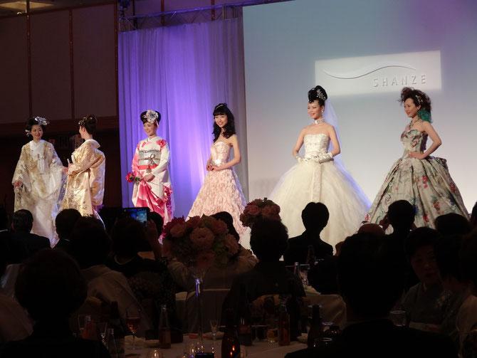 和装と洋装の花嫁さんがずらりと並んだブライダルショー。