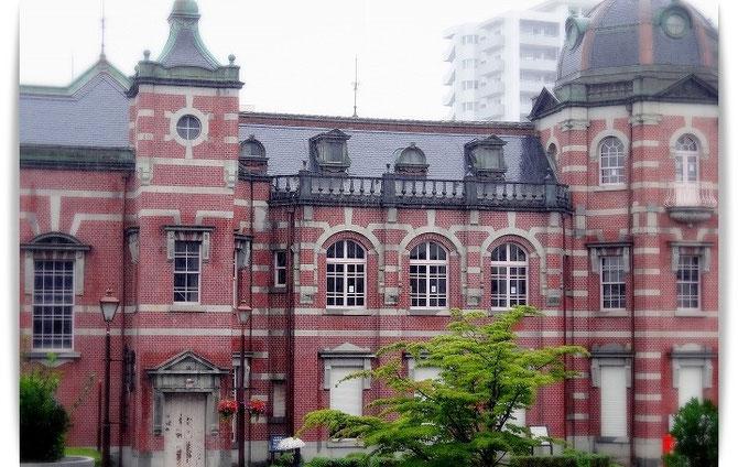 旧盛岡銀行。東京駅と同じ辰野金吾設計。赤レンガと緑のドームの対比が美しい建物です。