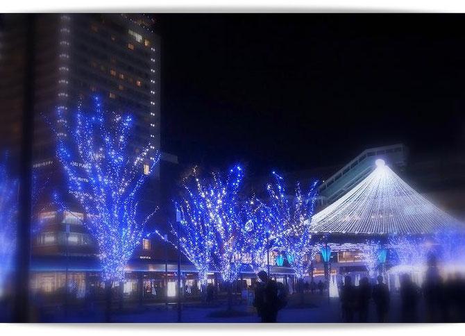 大分駅前のイルミネーション。駅舎を飾る青い光が美しい。