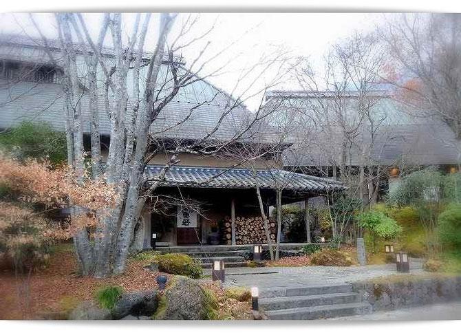 湯布院の旅館「無量塔」さんの正面。冬枯れの木々に囲まれた趣のある外観です。
