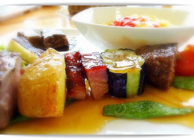 小岩井農場内のレストランでいただいた「大地の恵みランチ」ビーフシチュー・オムライス・お肉と野菜たっぷりのブロシェット。どれも美味。
