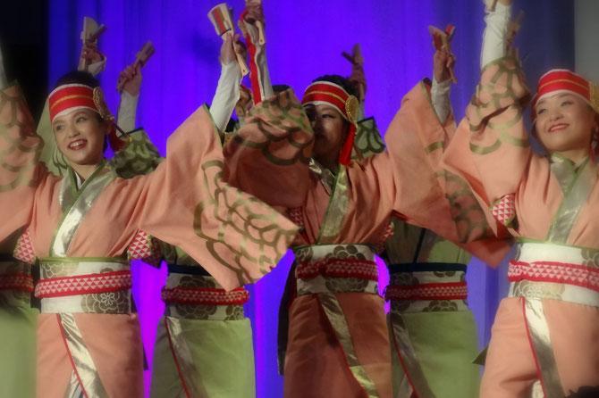 高知よさこいチームの華やかな踊り。