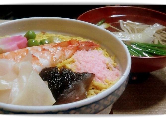 京都「末廣」の熱々の蒸し寿司。体の芯まであたたまります。