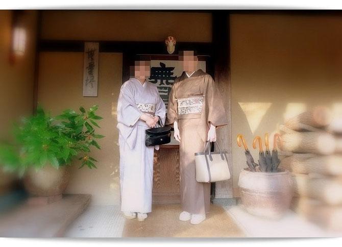 湯布院の旅館「無量塔」さんの玄関にて。森田空美流着付け教室in関西の生徒さんと。