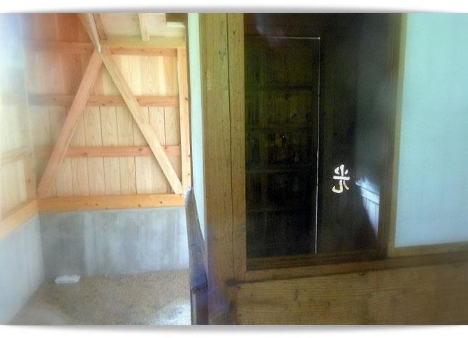 お手洗いのあかり取りのために、高村光太郎が彫った「光」の文字。