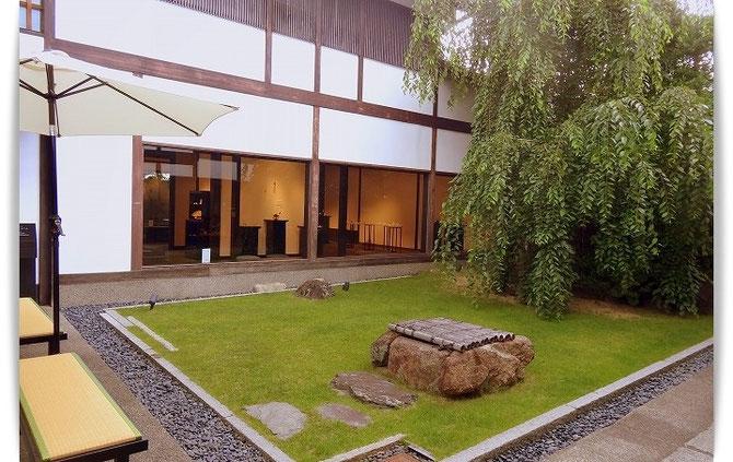 一休みに入った京都のカフェ。緑滴るお庭は、きもの姿がとても似合う空間です。