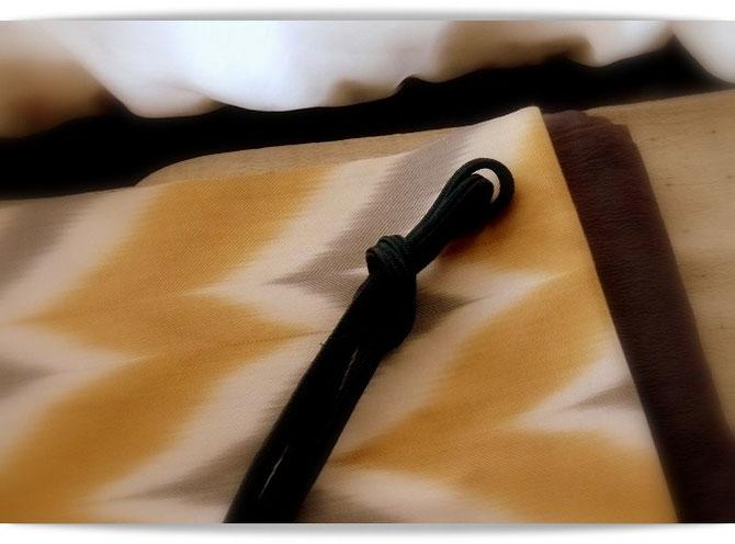 ベージュ地に十字絣の古志紬(単衣)り山下健さんの板締め絞りの帯を合わせました。小物の色合わせで少しだけ秋の気分に。