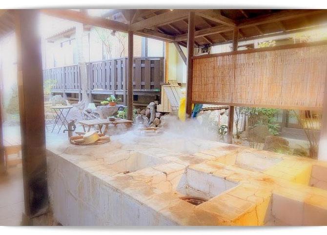 別府鉄輪温泉「柳屋」。湯治客のための地獄釜。ざるに乗せて蒸すだけで美味しく調理できるそうです。