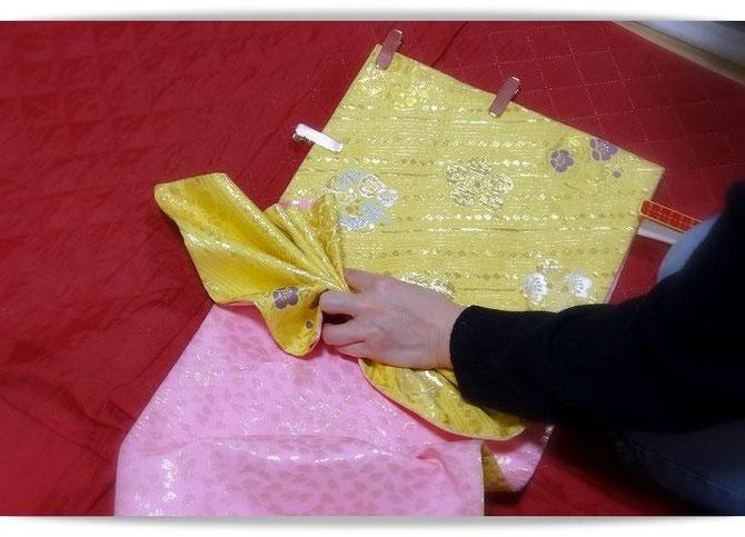 変り帯結び「天津風」のひだ折り。13枚のひだを作って広げます。
