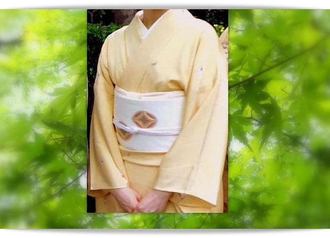 クリーム色の小紋に七宝柄の白地の染め帯の装い。森田空美流着付け教室in関西の生徒さんの着姿です。