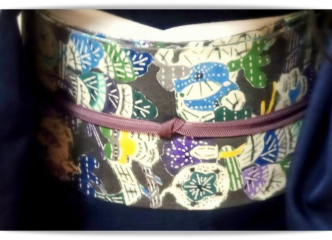 添田敏子作型絵染「秋百穫」 今日は紺色の無地紬に合わせました。どんな色にもなじんでくれる帯です。