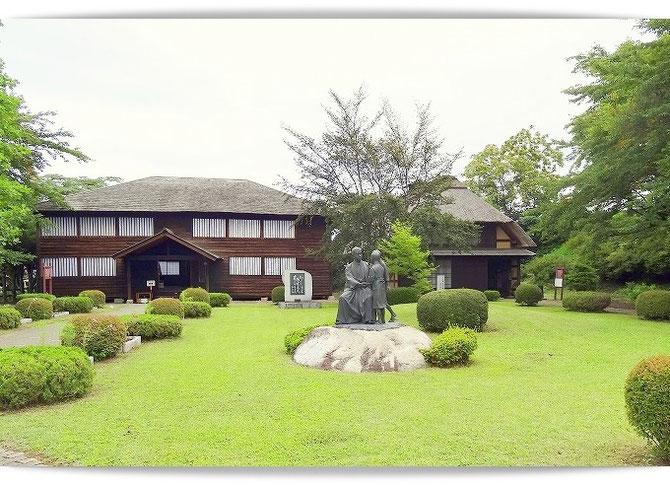 石川啄木記念館と旧渋民尋常小学校。子供たちと戯れる啄木の像があります。隣は代用教員時代の住居旧斎藤家。