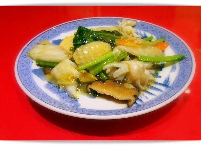 神戸元町にある中華のお店「東光」さんのランチ。こちらは副菜の八宝菜です。副菜と言ってもメインが張れるほどのボリュームです。