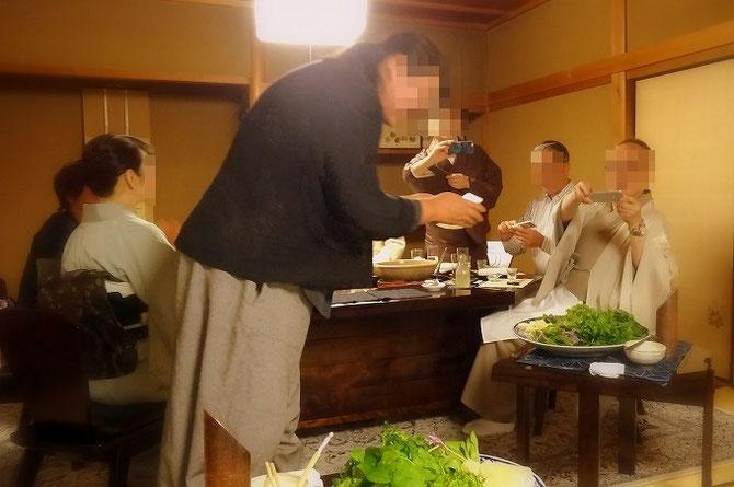 和やかなお食事風景。美しく盛られた季節の食材に、みなさん一斉にカメラを向けられます。男女ともにきもの率高し。