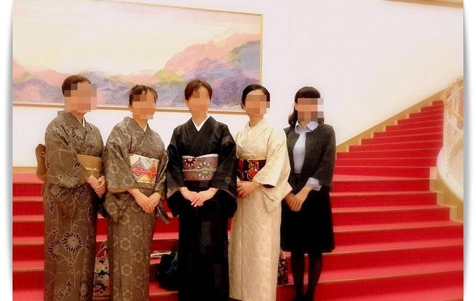 きもので宝塚、略して「きもづか」。恒例の集合写真です。お天気が悪かったのでみなさん申し合わせたように大島紬で…。