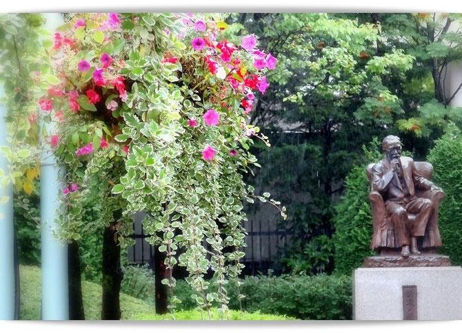 今も盛岡市民に愛される、新渡戸稲造氏生誕の地。花で飾られ美しく整備されています。「我、太平洋の懸け橋とならん」