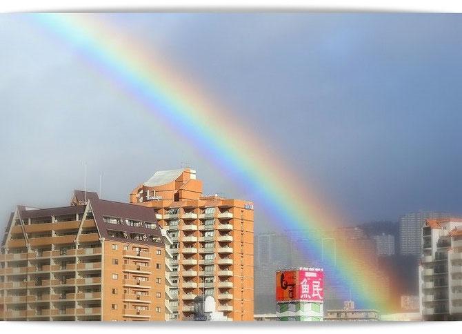雨上がりの美しい虹。宝塚の空に大きくかかっています。