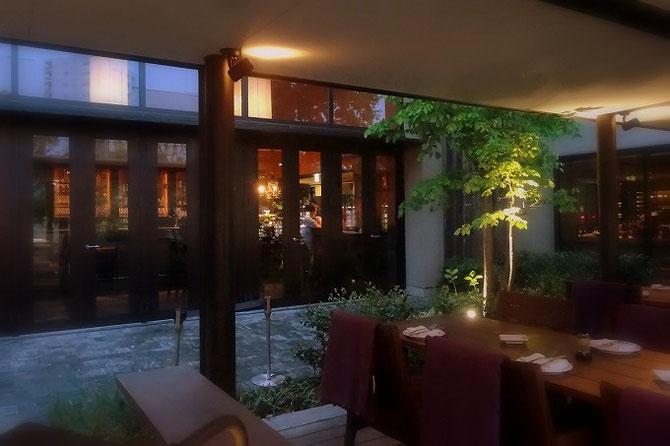 代官山 IVY PLACEの、解放感溢れるオープンエアースペース。楽しい食事の時間を期待させてくれる空間です。