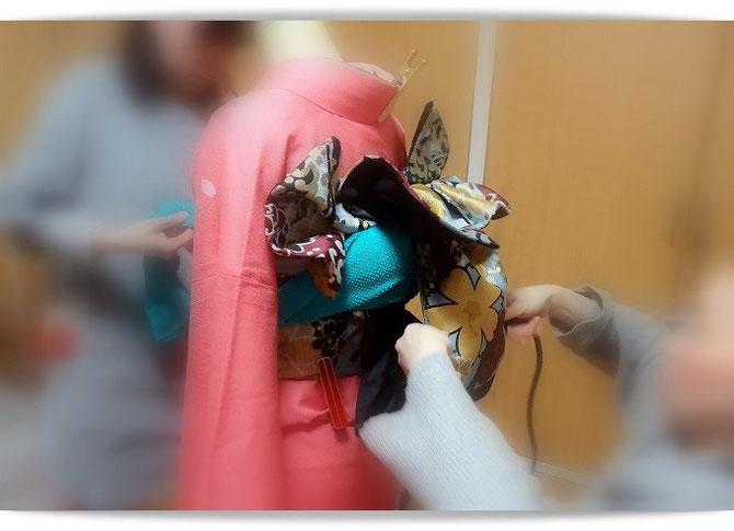 森田空美流着付け教室in関西のお稽古風景。振袖の二人着付けをお稽古しています。