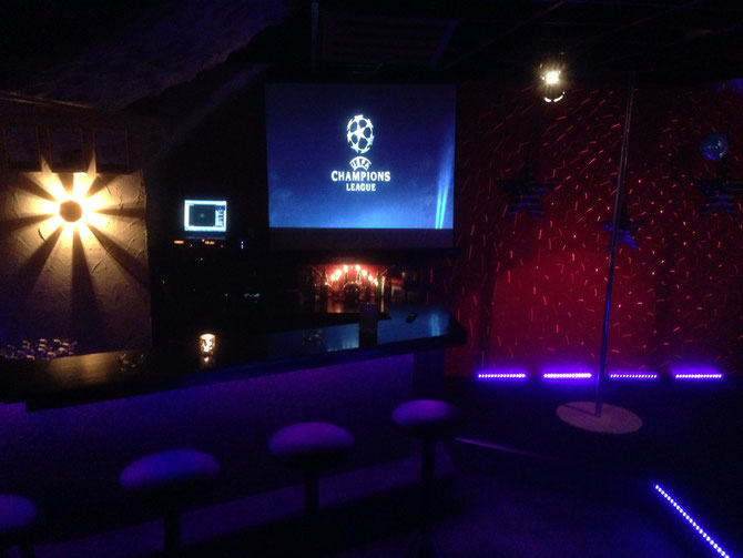 Live Sport in HD auf Grossleinwand dazu Live Strip, Drinks and Fun