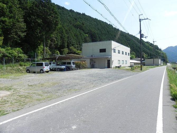 青垣インター方面からお越しいただいた道からみた当社。こちらが駐車場&入口となります。