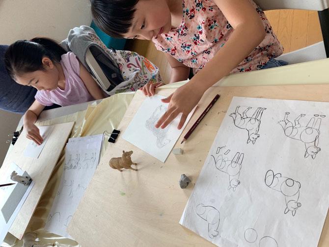 週末の小学生クラスでは、心の成長を大切にしながら本格的なアートの技術を学べます
