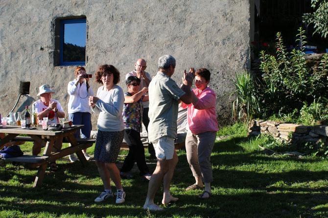 Après l'apéro on danse, sur un air d'harmonica, la Bourrée pas bourés..!