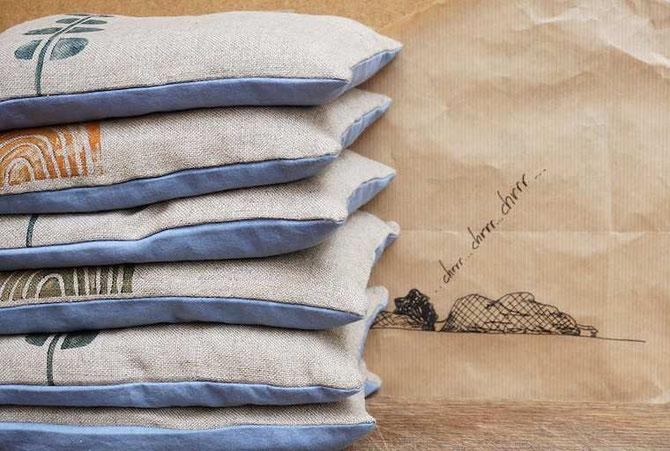kleine Kissen gefüllt mit Zirbenholzspänen fördern angeblich den gesunden Schlaf - auf jeden Fall duften sie himmlisch (develloppa)
