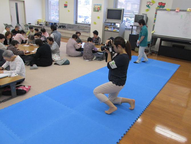 脳トレの様子をカメラに収める、上越市役所・広報対話課のスタッフさん。『広報じょうえつ』11月1日号が楽しみです