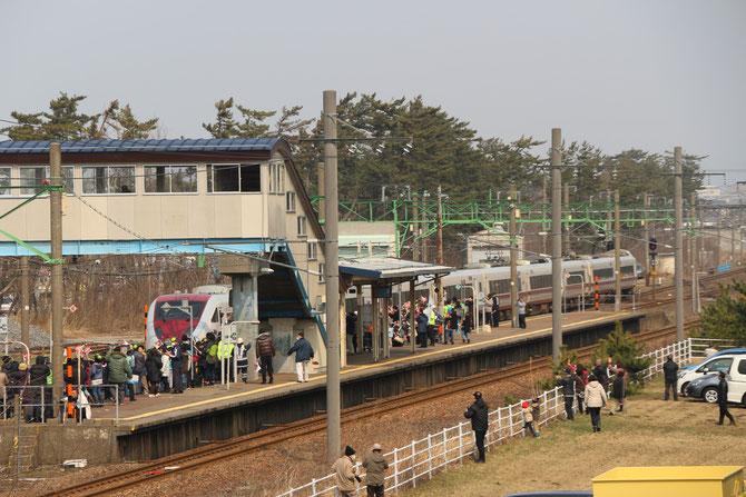 今日の午後1時7分頃。犀潟駅を「特急はくたか」が通過。(画像提供:夕映えの郷)