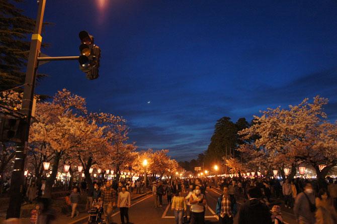 城址公園内の道路も、今宵ばかりは歩行者天国。信号機の代わりに、月の明かりが見えました