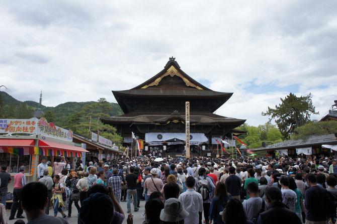 長野駅から2キロ。ようやくたどり着いた善光寺。息を整えてから両手を合わせてお参りしました