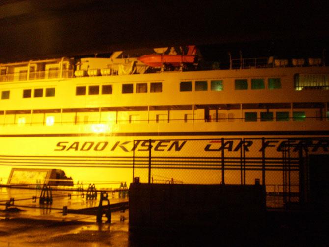 今日の帰り道。直江津港では、佐渡汽船「こがね丸」が静かに体を休めていました。あとひと月で、高速カーフェリー「あかね」にバトンタッチ