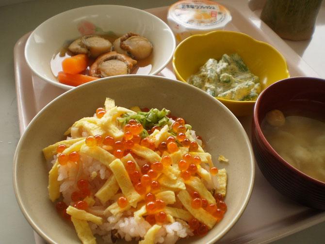 今日の春御膳。「桜のちらし寿司」「ホタテのやわらか煮」「アスパラのみそマヨネーズ和え」「お味噌汁」「あまなつゼリー」