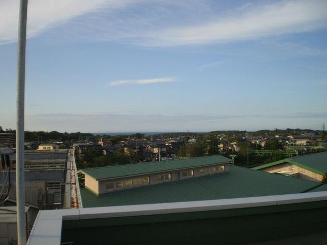 今日の夕方の屋上からの景色。水平線の向こうに少しだけ、佐渡島が見えました