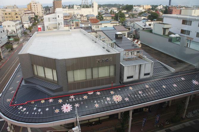 「あすとぴあ高田」の5階から高田の街を望む。雁木風アーケードの屋根にも粋な計らいがありました