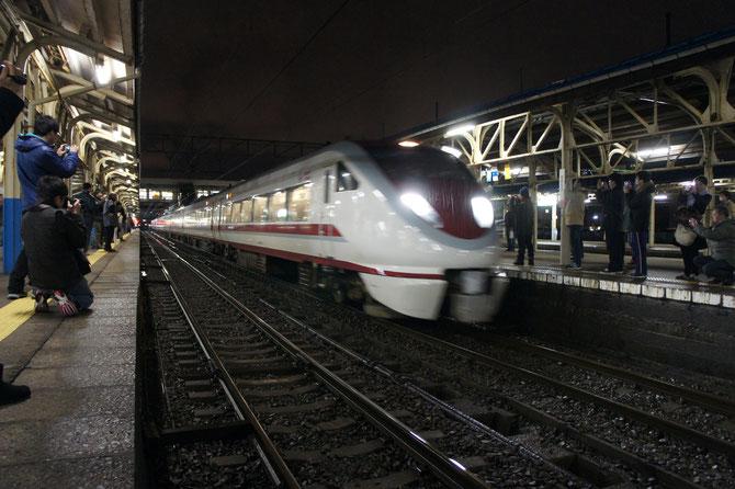 小雨降る直江津駅に最終「684系・スノーラビット」が入線。これが本当のお別れです。