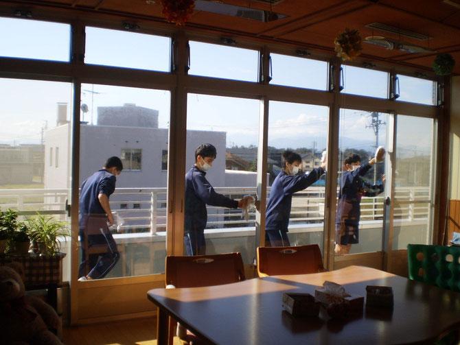 心を込めて「きゅっ、きゅっ、きゅっ。」きれいになった窓ガラス。ご利用者の皆さんも喜んでいらっしゃいました
