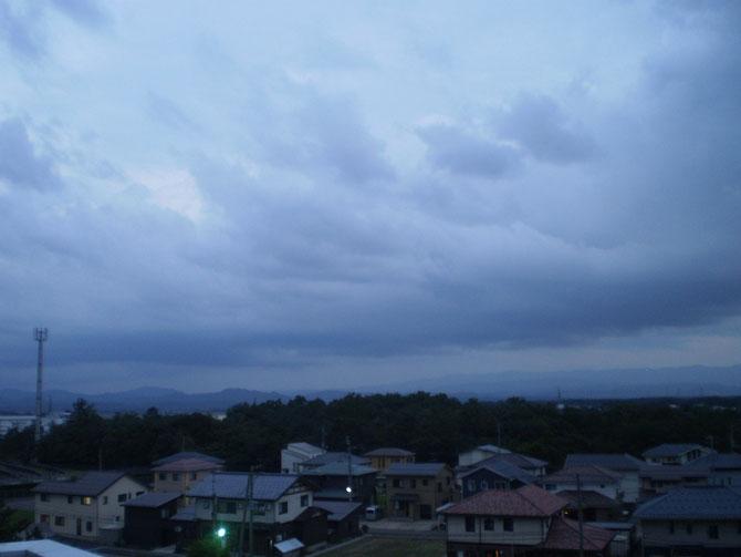 昨夕からの快晴から一転、午後から厚い雲に覆われてきたうみまちの空。スーパームーンの姿は次回までお預けでしょうか