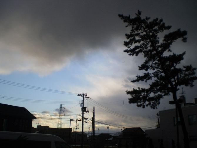 鉛色の雲の隙間から顔をのぞかせた「空の青」も、わずか数分で消えてなくなりました。太平洋側の晴天がうらやましく感じられます