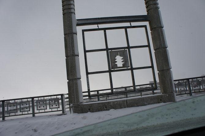 大雪の朝。関川にかかる橋の真ん中にある素敵なオブジェ。出勤を急ぐ心を和ませました