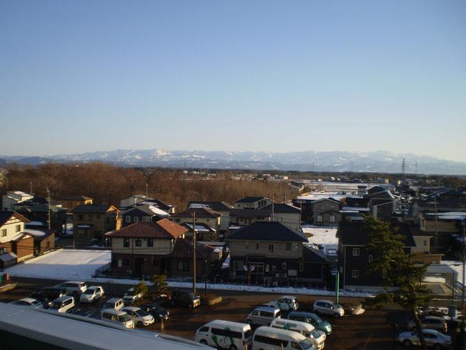 今日の屋上からの景色。ひさかたぶりの青空に、街も人も喜んでいるように見えました