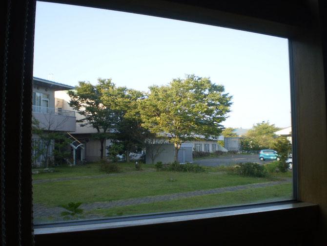 デイサービスセンターの小窓から見える景色。日々、自然の移ろいを感じることができます
