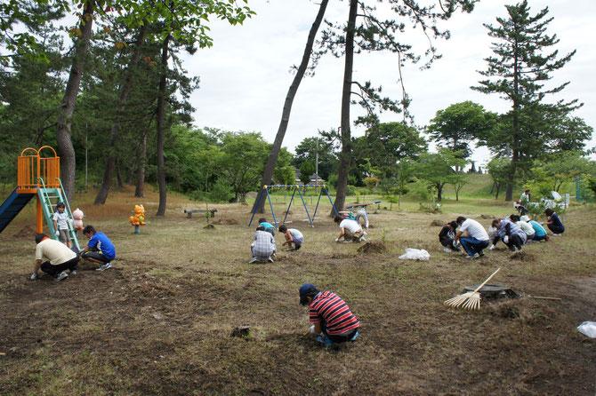 街なかの公園は、みんなの「心のオアシス」。一致協力して草取りに勤しみました