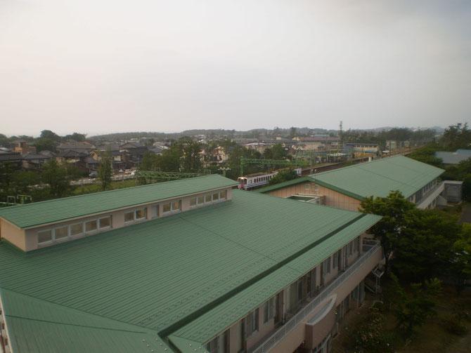 屋上から景色を眺めながら、今日一日を振り返る。「特急はくたか」なき今、魚沼地方と上越地方を結び続ける「ほくほく線」