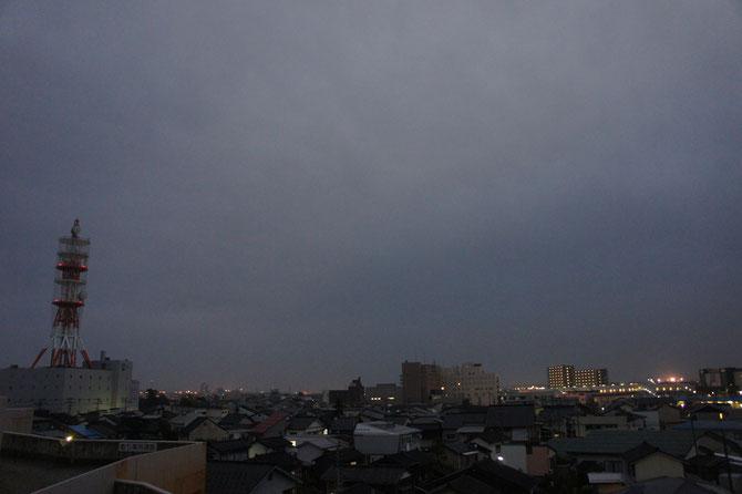 当ブログ定番の景色。昨日の猛暑から一転、夕刻が近づくにつれ、厚い雲に覆われてきました。