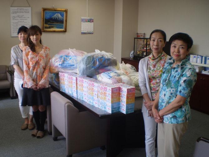 高田法人会女性部会の皆さんと寄贈いただいたたくさんのタオル。たいへんありがとうございました